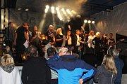 V sobotním večeru a noci se areál benátecké Loděnice zaplnil stovkami fanoušků, kteří přišli poslouchat písně spojené se skupinou EX 05 a především spojené s Jiřím Rákosníkem.