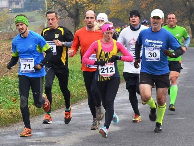 Mladoboleslavská běžkyně Barbora Macková na patnáctikilometrové trati vedoucí po silnici zHruštice uTurnova kMalé Skále a zpět.