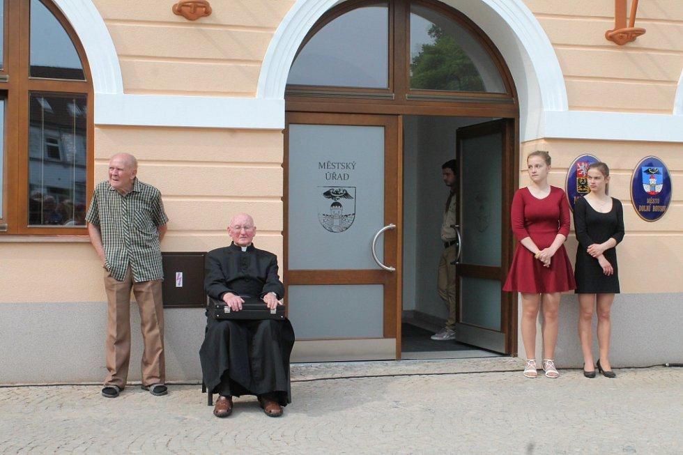 Rekonstruovaná radnice v Dolním Bousově už je otevřená. Místní si její útroby mohli prohlédnout