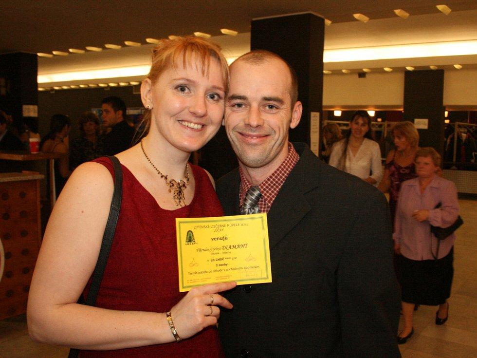 Karel Vlasák a Olga Hlaváčová měli na plese odborů KOVO radost z  výhry.