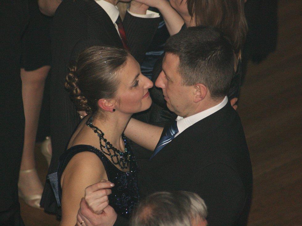 Těsné objetí a ladný pohyb si užívaly stovky párů ve velkém sále Domu kultury.