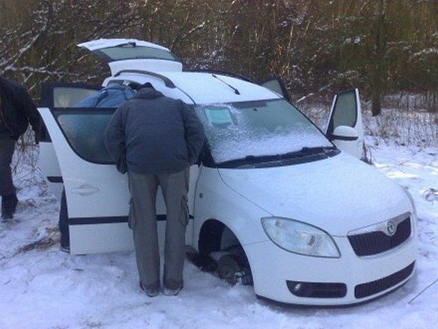 Jedno z aut ukradených i s kamionem - bílá Škoda Roomster byla nalezena v lese u Luštěnic,