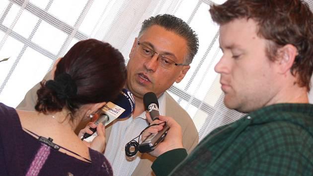 Primátor Mladé Boleslavi Raduan Nwelati na tiskové konferenci.