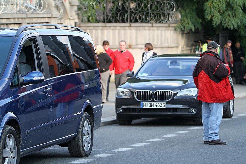 Luxusní auta - tak jezdí američtí filmaři po Boleslavi.