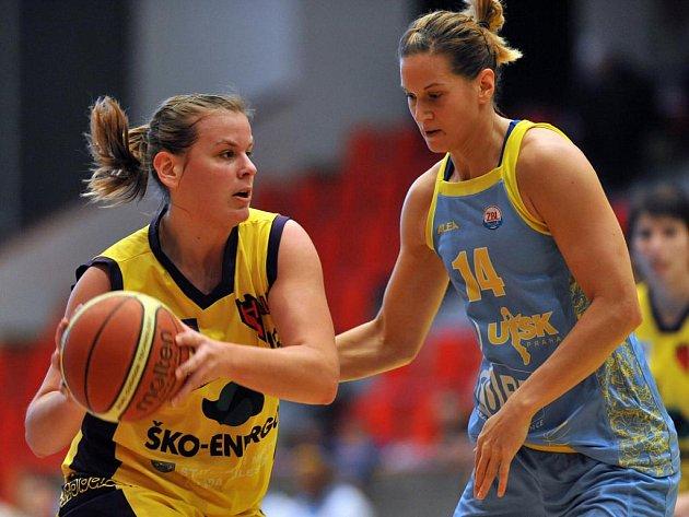 Ve sportovní hale v Mladé Boleslavi se hraje například ženský basketbal.