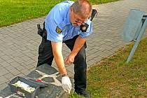 Sbírat použité injekční stříkačky vyráží strážníci městské policie často.