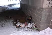 Bezdomovec, kterého kolemjdoucí našel pod mostem nedaleko městského bazénu