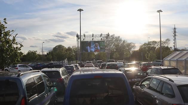 První den promítání autokina v Mladé Boleslavi.