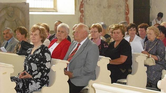 Studenti mladoboleslavské Univerzity třetího věku si včera převzali diplom.
