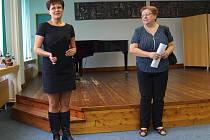 JANA MLČOCHOVÁ, nově jmenovaná ředitelka ZUŠ MB, s Lenkou Šmídovou, vedoucí odboru školství, mládeže a sportu Středočeského kraje.