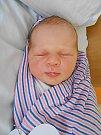 Anička Fišerová se narodila 30. dubna, vážila 3,5 kg a měřila 50 cm. Maminka Veronika a tatínek Marek si ji odvezou domů do Kosmonos, kde už se na ni těší sestřička Emička.