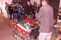 ŠKOLÁCI POZNÁVALI nejen stroje, ale i práci s nimi. Všechny tématika zajímala a motivovala ke vzdělání.