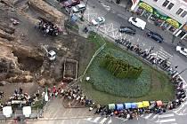 Otevření vykopávek na Starém městě přilákalo stovky zájemců.