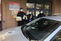 Mladoboleslavští policisté předali roušky určené pro nejmenší pacienty dětského oddělení nemocnice.