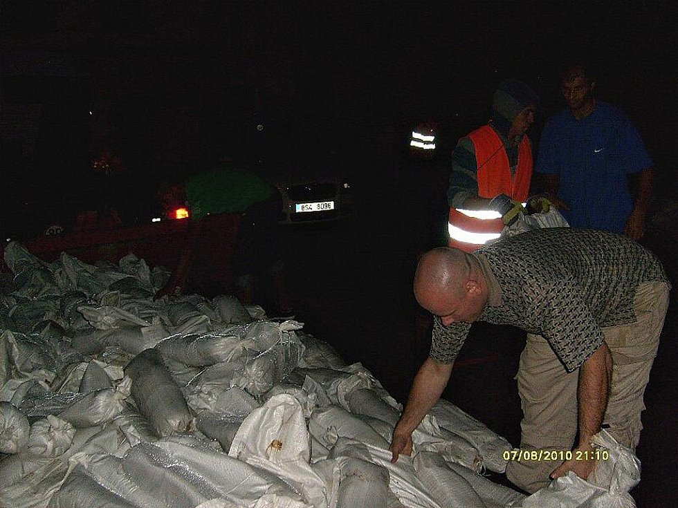 Rozvoz pytlů s pískem k domům, kde v Boleslavi hrozila povodeň.