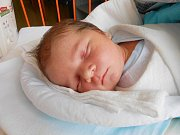 Matěj Hofírek se narodil 8. října, vážil 4,35 kg a měřil 53 cm. Maminka Tereza a tatínek Lubomír si ho odvezou domů do Všejan, kde už se na ni těší sestřička Nelinka.