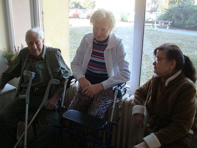 Helena Vaňková (uprostřed) a Josef Knespl zavzpomínali na oslavy MDŽ.