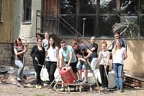 Společná fotografie osmi zahraničních dobrovolníků a dvou českých, kteří pomáhali v Mnichově Hradišti
