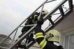 Hasiči v mnichovohradišťském domě s pečovatelskou službou trénovali zásah při požáru