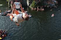 Petr Manďák se vrhá ze dvanácti metrů do vody v lomu Hříměždice u Příbrami. V rámci exhibičního skoku si vzal do rukou i Boleslavský deník.