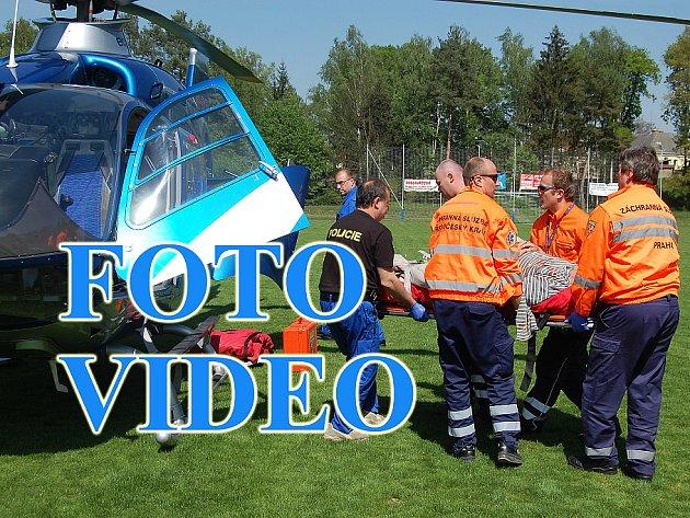 Záchranka zraněného muže převezla ze stavby, kde se zřítil, na bakovské fotbalové hřiště, kde přistál vrtulník a transportoval jej do nemocnice na pražských Vinohradech.