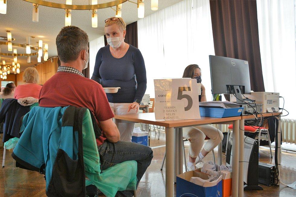 V očkovacím centru v Mladé Boleslavi se ve čtvrtek nezastavili. Očkovala se první i druhá dávka vakcín