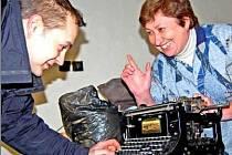 PO VYKLIZENÍ jedné z místností, kde by mohlo muzeum vzniknout, našli baráčníci historické věci. Filip Krásný s Jarkou Zvěřinovou si prohlíží nalezený psací stroj.