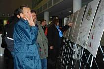 NÁVŠTĚVNÍCI si prohlížejí výstavu Sídliště, jak dál, která je až do 21. ledna otevřená ve Vzdělávacím centru Na Karmeli.
