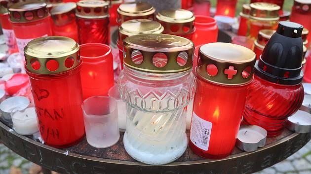 Lidé nosili svíčky k lavičce Václava Havla