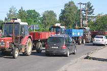 Protestu proti zrušení zelené nafty se zúčastnilo devatenáct zemědělců, kteří svými stroji 45 minut brzdili dopravu na silnici směrem na Jičín.