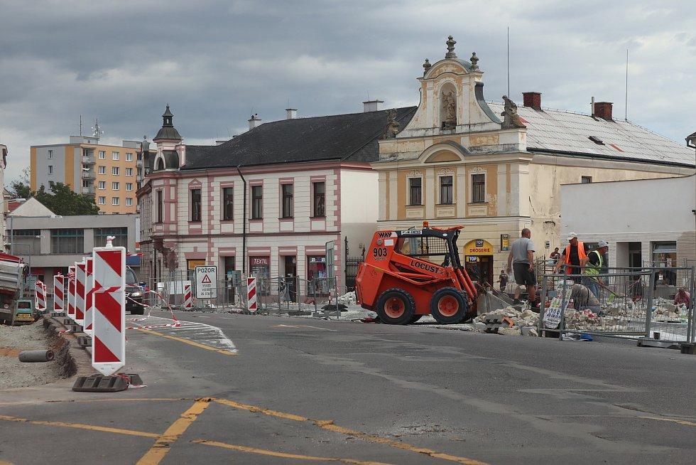 Rekonstrukce náměstí v Mnichově Hradišti běží jak má. Smrk bylo nutné pokácet.