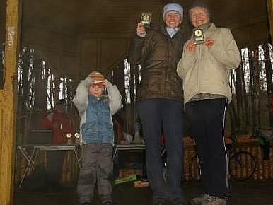 Kulkovi při Silvestrovském běhu na Štěpánce: (odleva) vnuk Daniel Černoch, dcera Denisa Černochová, babička Eva Kulková.