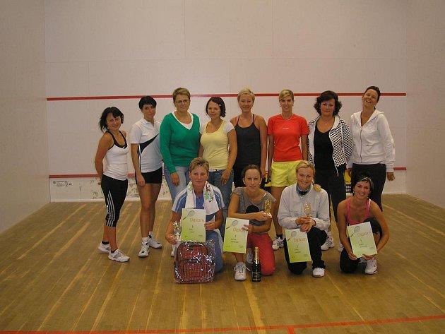 Účastnice boleslavského amatérského turnaje žen ve squashi.