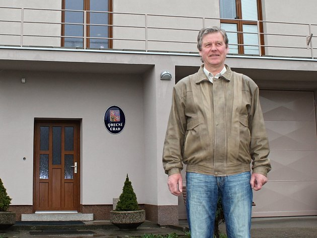 Starosta Josef Keller před opravenou budovou obecního úřadu.