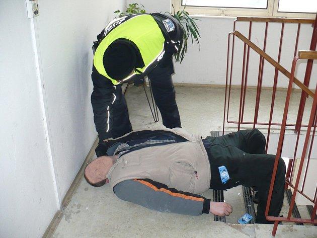 Jeden z bedomovců se utábořil na chodbě panelového dobu.
