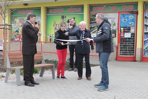 František Němeček, starosta Zdětína, předal obyvatelům do užívání chodníky na návsi, zateplený obecní úřad a nové hřiště mateřské školy vpřírodním stylu