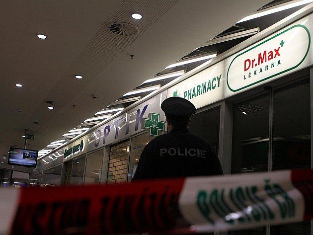 Policisté uzavřeli Bondy centrum kvůli nahlášené výbušnině, obchodní dům museli prohledat.