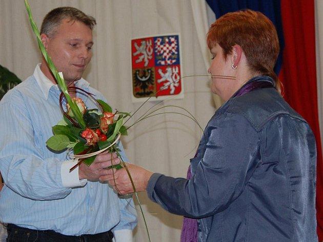 Nový starosta Všejan Karel Nejedlo s exstarostkou Zuzanou Nekovářovou.