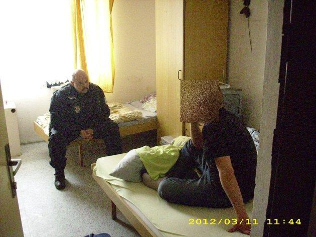 Strážník hovoří s mužem, který se chtěl otrávit a čekají na záchranku