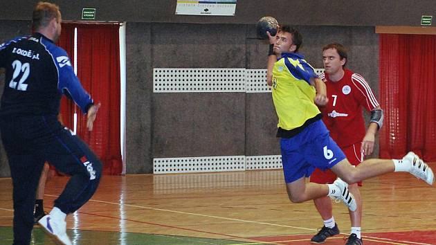 Boleslavský hráč Jan Makovec (při střelbě) patřil k nejlepším domácím hráčům v derby s Bělou.