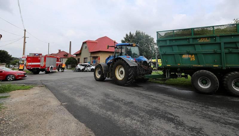 V Čachovicích se střetl traktor s osobním autem.