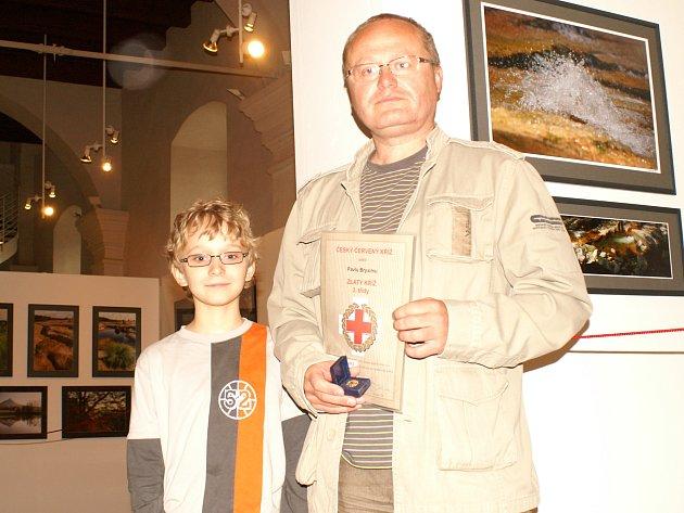 Oceněný dárce krve Pavel Bryxi se svým synem Matějem