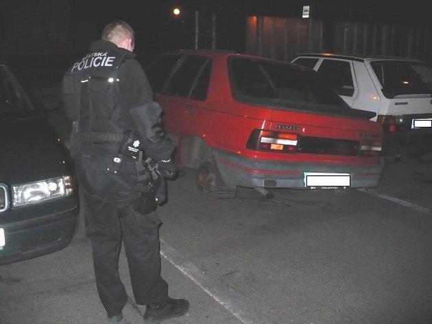 Zloději pracovali rychle. Za chvíli zůstalo jen auto na špalcích.
