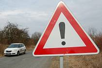 Silnice mezi Bakovem a Stakory je ve velmi špatném stavu.