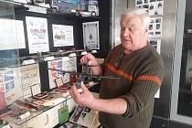 František Staněk vystavuje modely v Parkovacím domě.