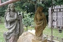 Původní socha Panny Marie ze sloupu na náměstí v Bělé a její kopie.