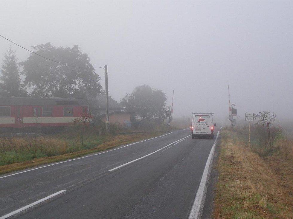 Železniční přejezd u Veselé, na kterém nefungovalo výstražné znamení a projížděl vlak.
