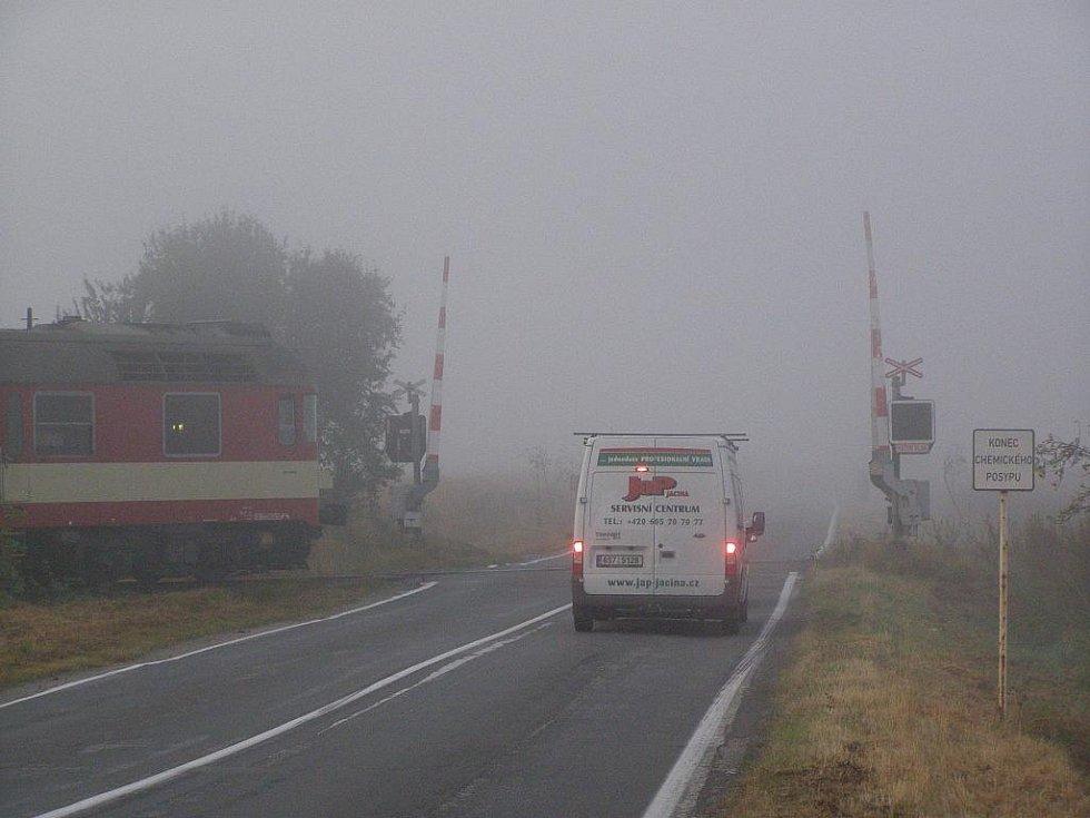 Železniční přejezd u Veselé, na kterém nefungovalo výstražné znamení a jel vlak.