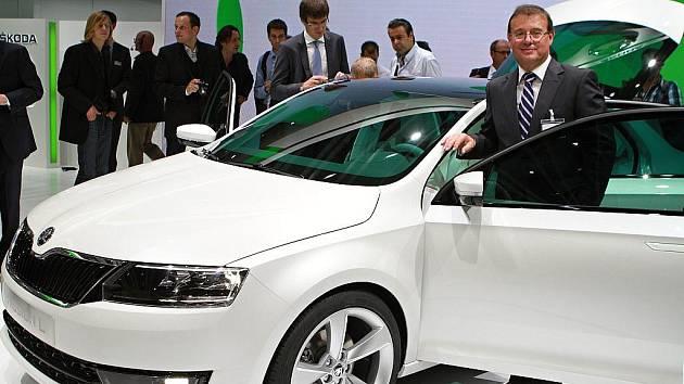 Šéf Škody Auto Winfried vahland, členové představenstva Eckhard Scholz a Bohdan Wojnar a komparz dětí představili ve Frankfurtu novou Škodu MissionL.