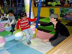 DĚTI dováděly v zábavním parku na různých atrakcích. Líbilo se jim poté i na návštěvě v divadle.